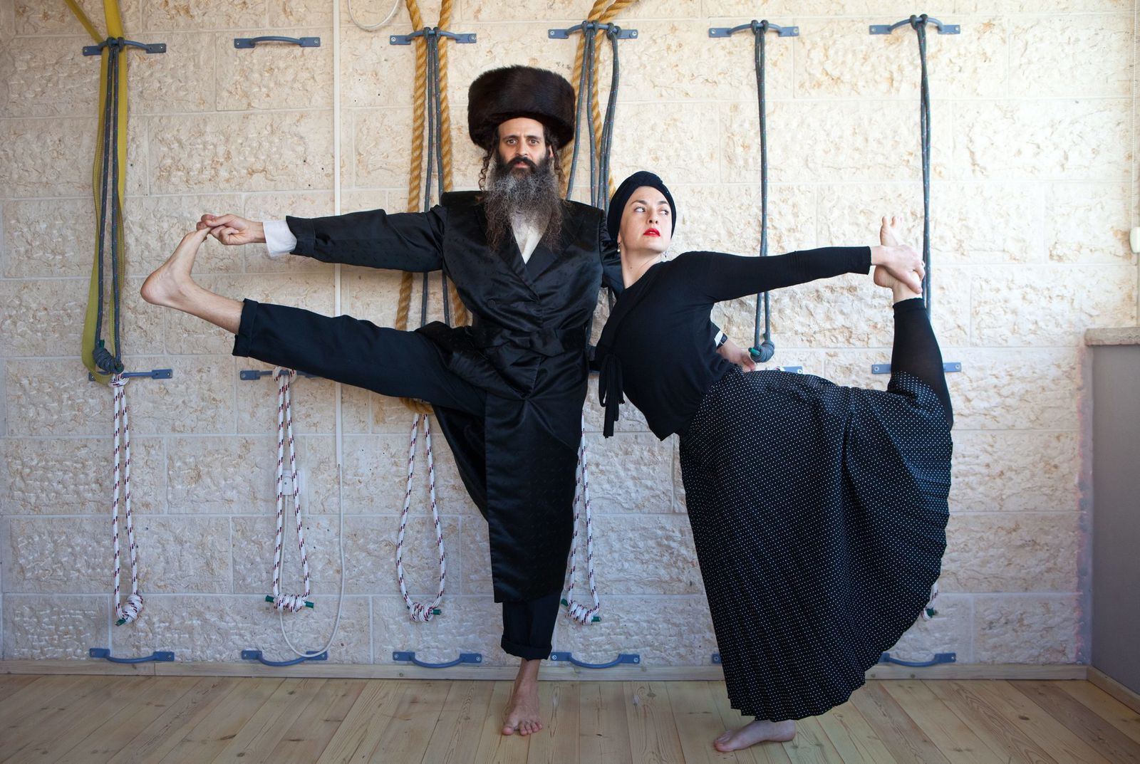 Hassidic couple teaches Yoga, at Ramat Beit Shemesh (Israël)