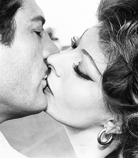Baiser de cinéma, (Marcello Mastroianni et Sophia Loren dans Mariage à l'italienne, 1964).