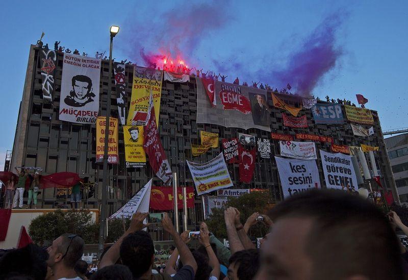 Plus violence en Turquie alors que la police anti-émeute a finalement forcer les manifestants de quitter la place Taksim, combats dans les rues d'Ankara (43 photos)