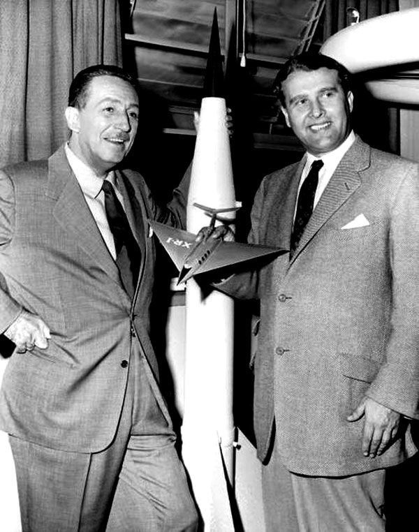 "Dr. Werhner von Braun,""Father of Rocket Science"" and Walt Disney in 1954.  (inventeur du V2 et des fusées Apollo)"