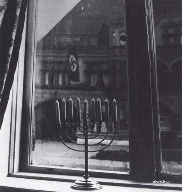1932, Allemagne: Hanukah Menorah devant le drapeau nazi