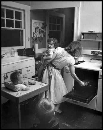In the kitchen (photo Eliott Erwitt)