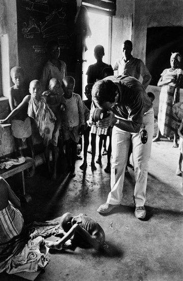 Guerre du Biafra, Raymond Depardon filmant un enfant à l'agonie, 1968 (Gilles Caron)