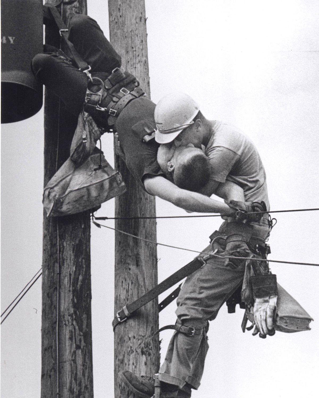 Ouvrier faisant du bouche-à-bouche à un collègue qui s'est pris une décharge électrique, 1967