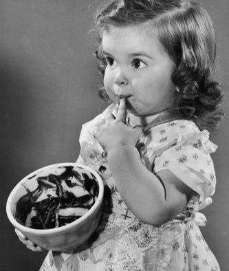 Les adultes ont accès à mille sortes de voluptés, mais pour les enfançons, il n'y a que la gourmandise qui puisse ouvrir les portes de la délectation. (A. Nothomb)