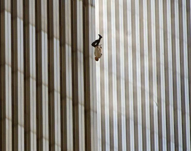 11 septembre 2001, Richard Drew photographie un homme tombant des tours du Worl Trade Center frappées par deux avions