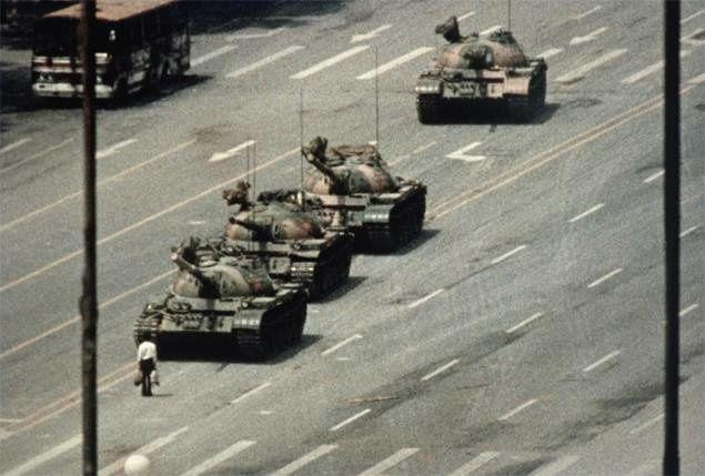 En 1989, Jeff Widener photographie la place Tian'anmen, alors qu'un homme se dresse contre les chars de l'Armée populaire