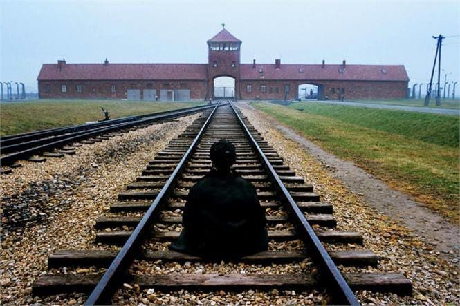 Un bouddhiste à Auschwitz (by Steve McCurry)