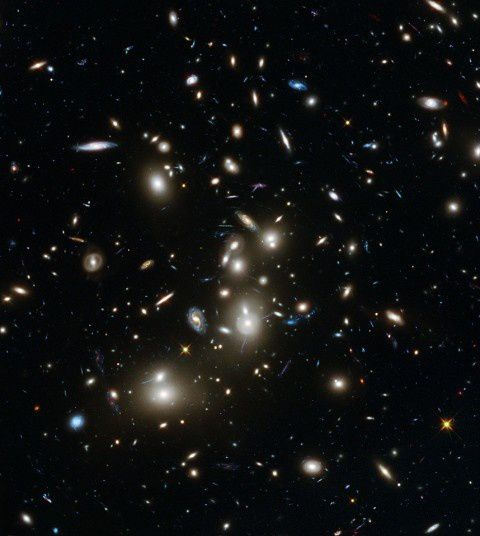 Galaxies dans le petit cluster Abell 2744, NASA's Hubble Space Telescope.