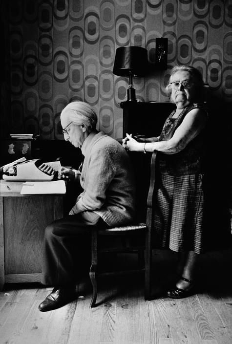 FRANCE. 1981. Paris. The Jewish community. Mr FRIEDMAN electrician and Yiddish poet, with his wife. (Patrick Zachmann)