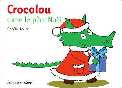 La nuit qui précède Noël, Crocolou décide d'aller rendre visite au père Noël en Laponie. Il monte sur un traîneau, traverse la forêt enneigée et arrive enfin. Crocolou, tout intimidé, aide le père Noël et les lutins à fabriquer les derniers jouets. Il peut même les essayer ! Au petit matin... que trouve-t-il au pied du sapin ?