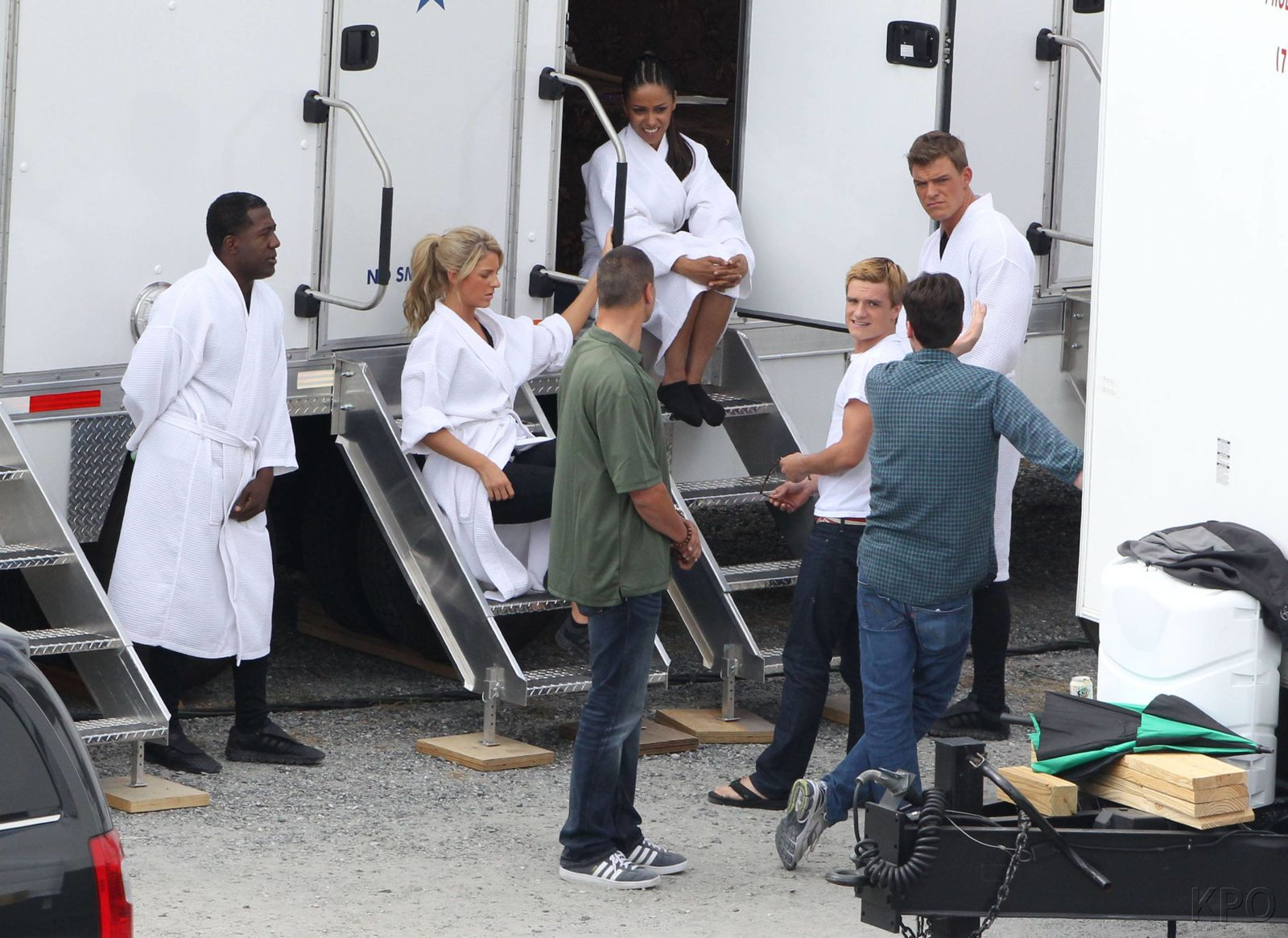 Catching Fire Cast am Set
