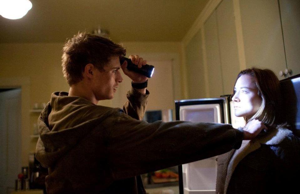Jared und Mel treffen nachts in einem Haus von Seelen aufeinander, er hält ihr die Taschenlampe ins Gesicht um zu sehen ob sie noch ein Mensch ist, später verbünden sie sich miteinander