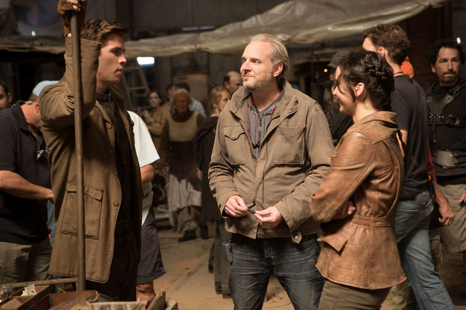 Liam Hemsworth (Gale), Regisseur Francis Lawrence und Jennifer Lawrence (Katniss) am Set