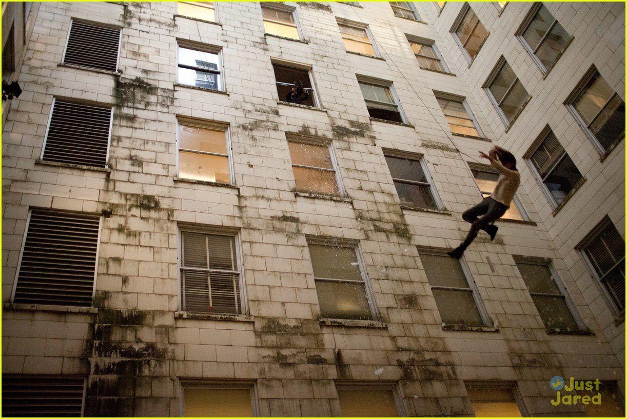 ...und springt von einem Hochhaus (anders als im Buch, dort springt sie in einen Fahrstuhlschacht) diesen Stunt hat Saoirse Ronan selbst gemacht und es hat ihr richtig Spaß gemacht