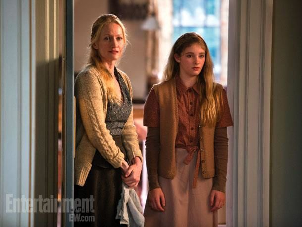 Mrs. Everdeen (Paula Malcomson) und Primrose Everdeen (Willow Shields)