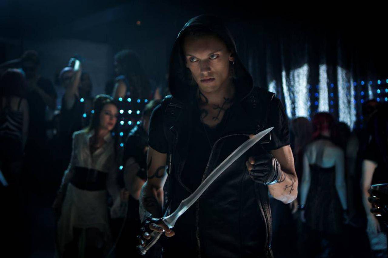 Der eine hat eine große Klinge mit der er dann einen der angeblichen Besucher des Clubs angreift und Clary schreit los