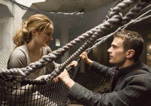 von einem Dach springen, bei den Ferox lernt sie Four (Theo James♥) kennen