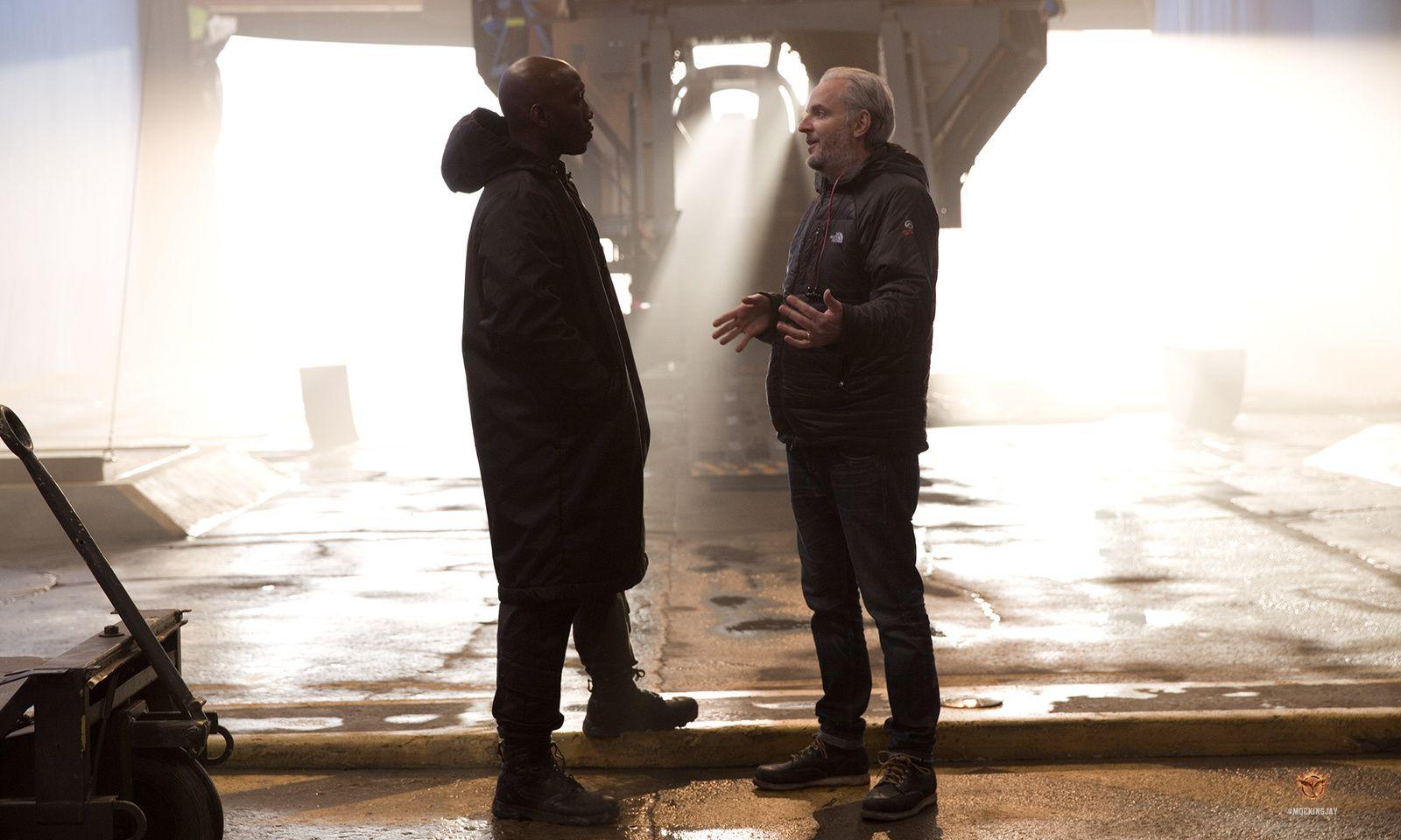 Regisseur Francis Lawrence und Boggs-Darsteller Mahershala Ali besprechen eine Szene am Set