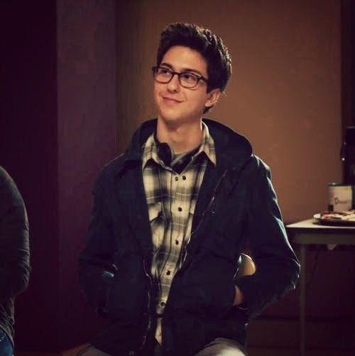 Dort lernt sie Isaac (Nat Wolff) kennen und freundet sich ein wenig mit ihm an