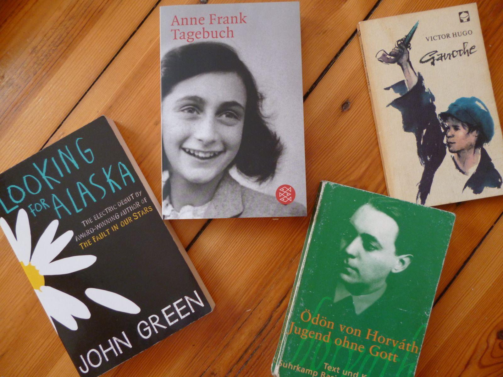 """""""Looking for Alaska"""" von John Green, """"Das Tagebuch der Anne Frank"""", """"Jugend ohne Gott"""" von Ödön von Hórvath und """"Gavroche"""" von Victor Hugo"""