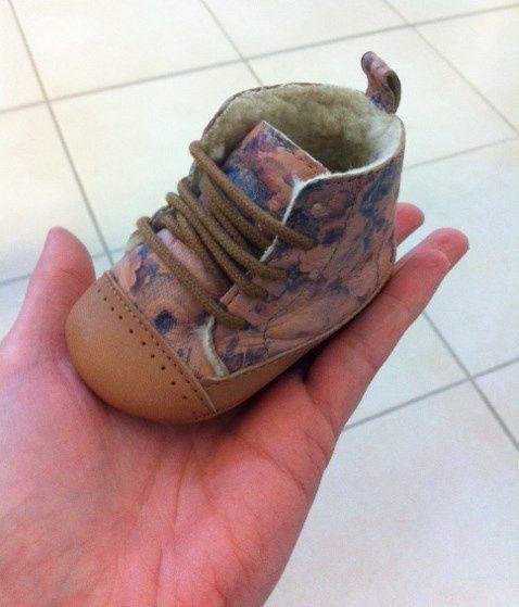 La taille de ses petits pieds...