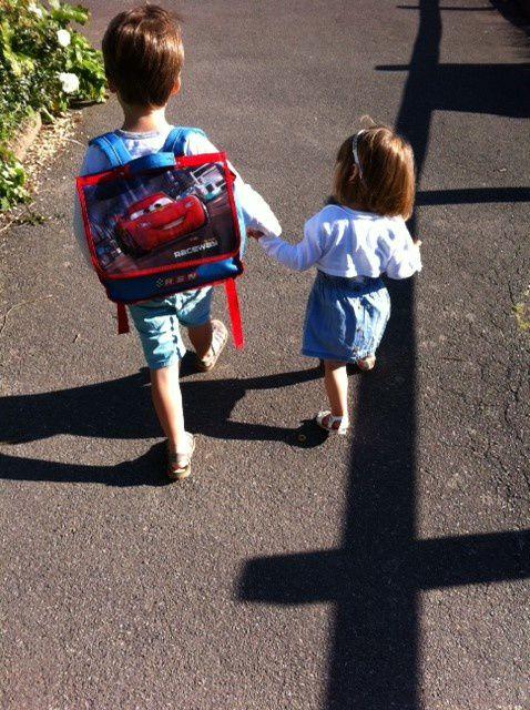 Main dans la main dès le matin : moment de complicité frère/soeur