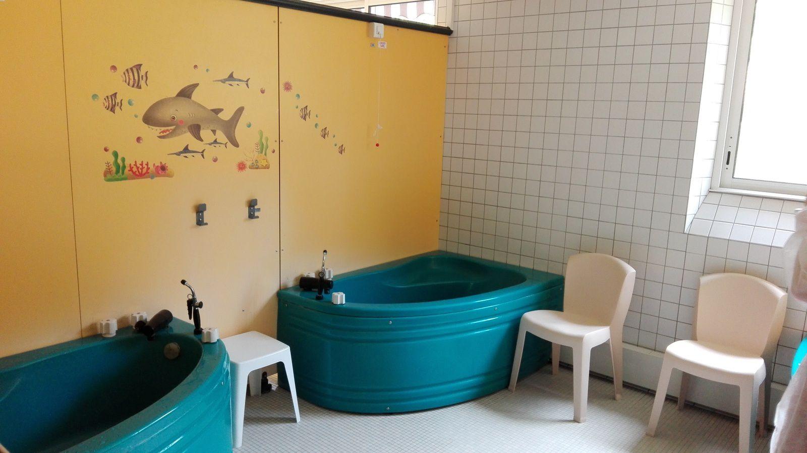 le bain simple ou aérogazeux général ou local, relaxant et hydratant réduit les démangeaisons (espace enfant)