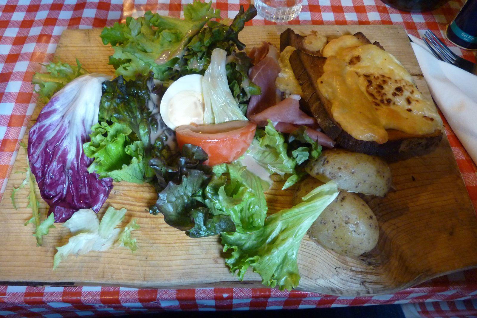 Plancha savoyarde : jambon de pays, salade, pommes de terre et toasts de raclette