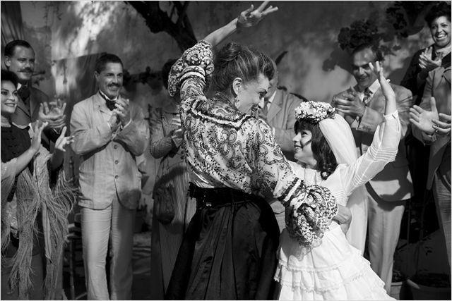 La petite Carmen dansant avec sa grand mère, interprétée par Angela Molina