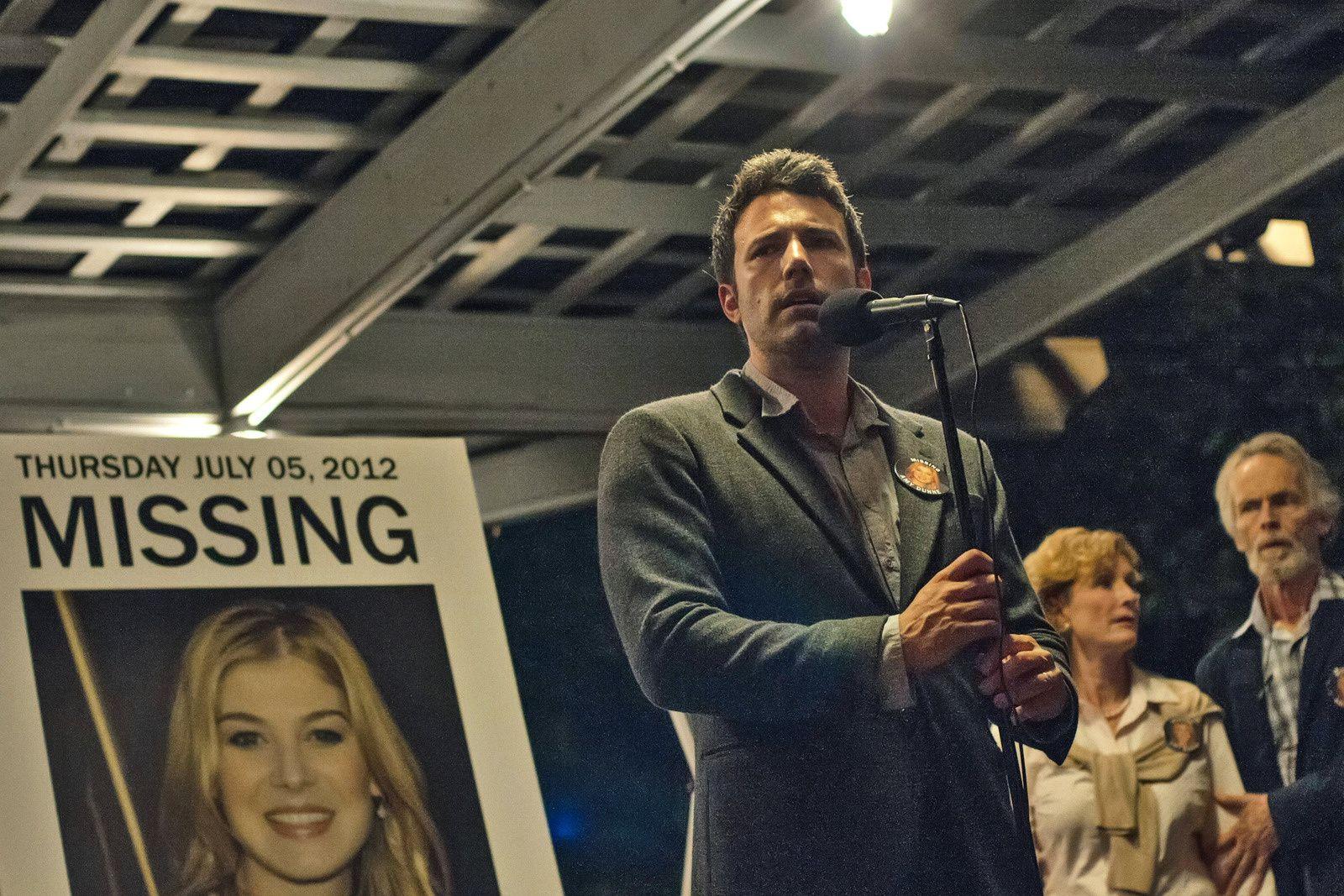Nick Dunne (Ben Affleck) face aux médias américains