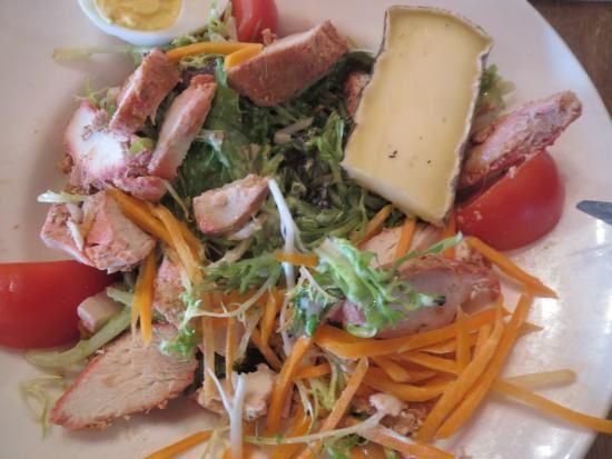 Salade Côté ferme : blanc de poulet mariné au citron confit cuit aux épices tandoori, tomate, œuf dur, julienne de carottes, saint nectaire, pomme et herbes fraîches