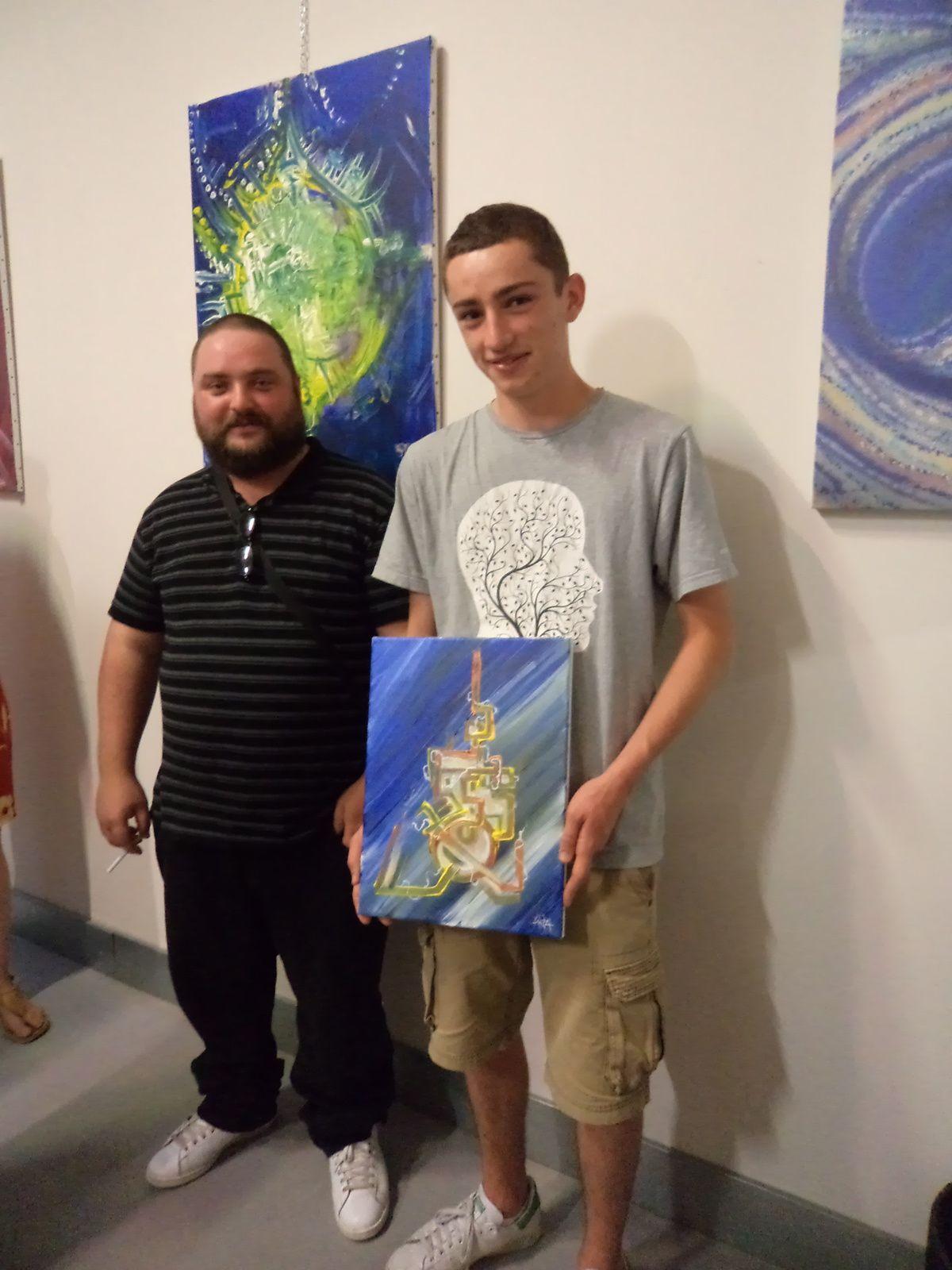 L'heureux gagnant (tirage au sort) de la toile offerte par Rémi en compagnie de l'artiste. Merci à lui pour cette initiative.
