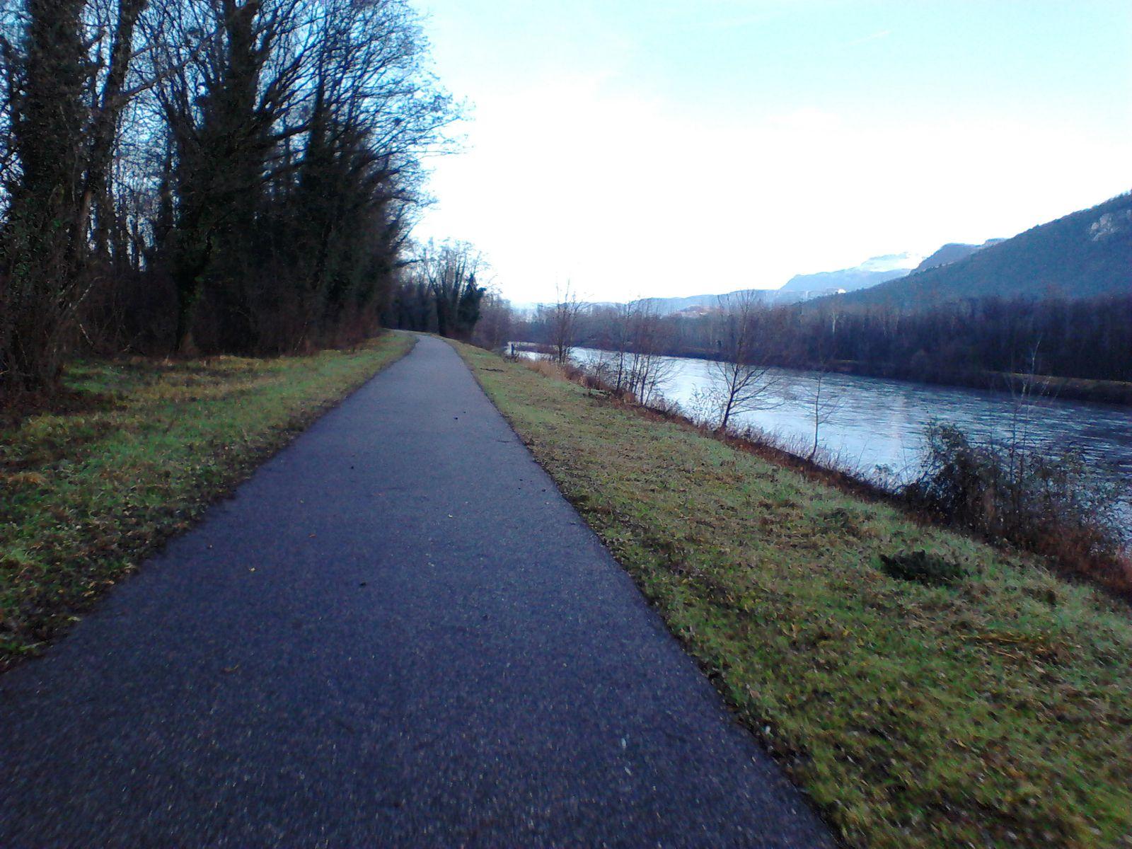 je quitte la national pour quelques km de piste cyclable,j'ai l'autotoute à ma gauche et l'isère à ma droite.