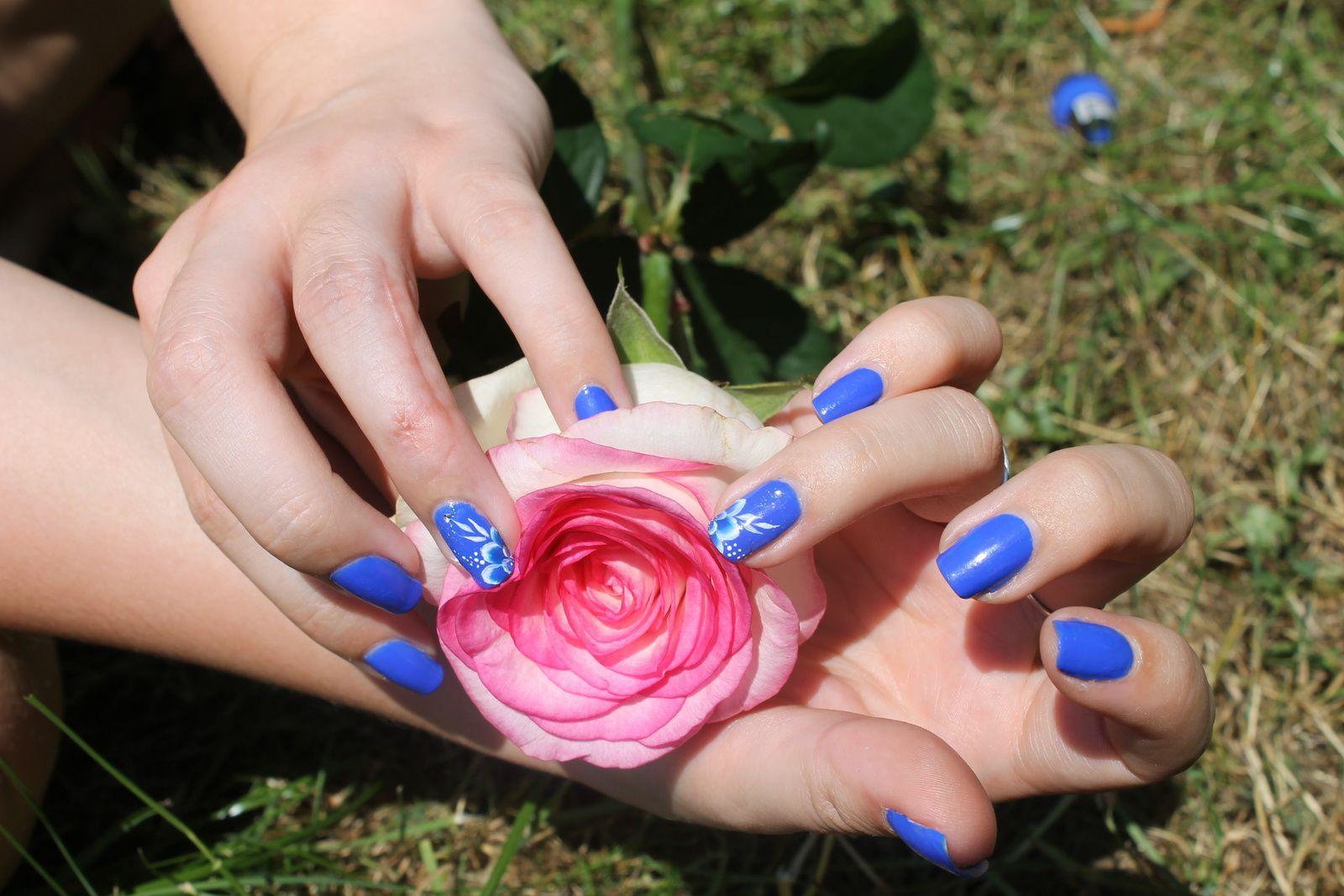 *attention, pluie de photo de mon nail art, avec ma jolie rose offerte par mon chéri*