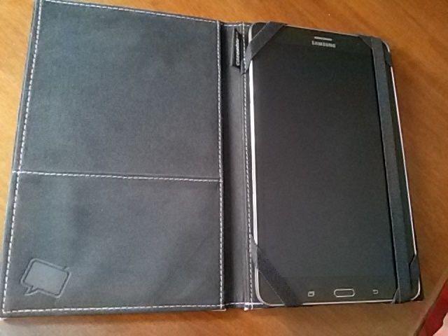 Interno custodia con elastici blocca tablet ed elastico di chiusura a libro