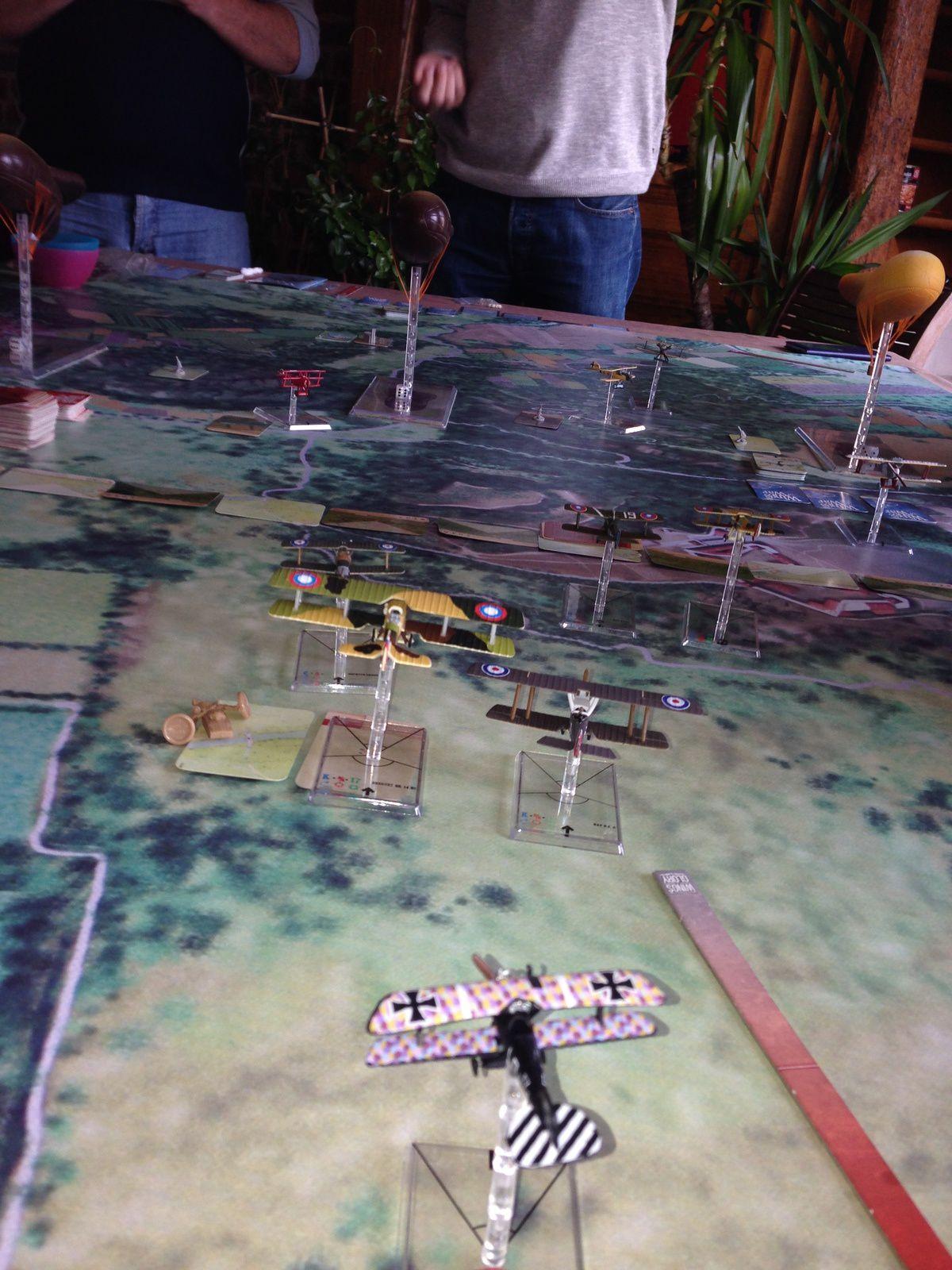 """Apres la chasse au Dahu, la chasse au Gotha est lancée ! Il faut dire que très rapidement un des escorteurs explose en plein vol après un dégâts """"explosion"""". Un des escorteurs s'est positionné dans les six heures des Alliés."""
