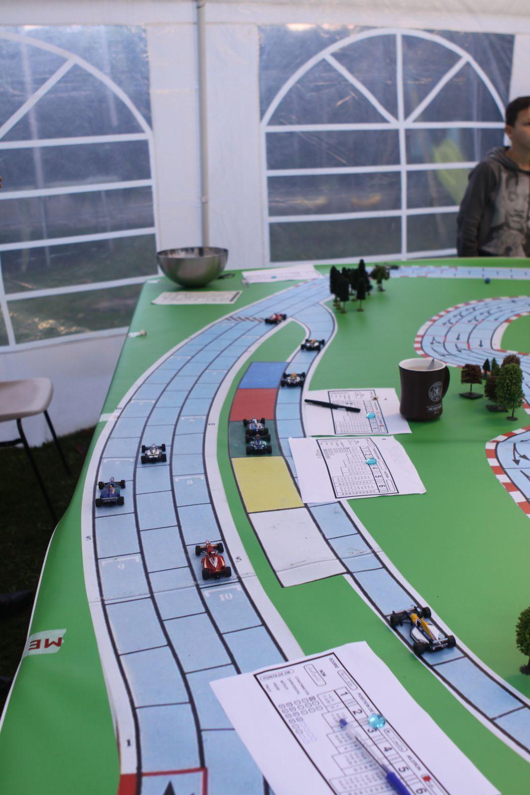 Embouteillage au stand oblige certains continuent avec une voiture toute cabossée ! ..qui ? moi par exemple ...