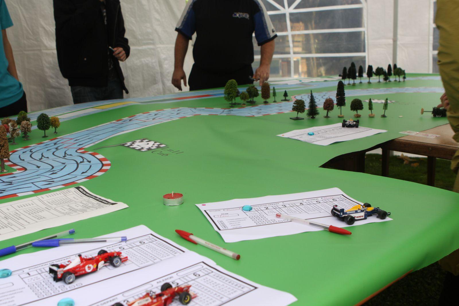 Les équipes reconnaissent le terrain :-) et élaborent des tactiques ..euh à part aller vite  ?...A deux oui un peu ...