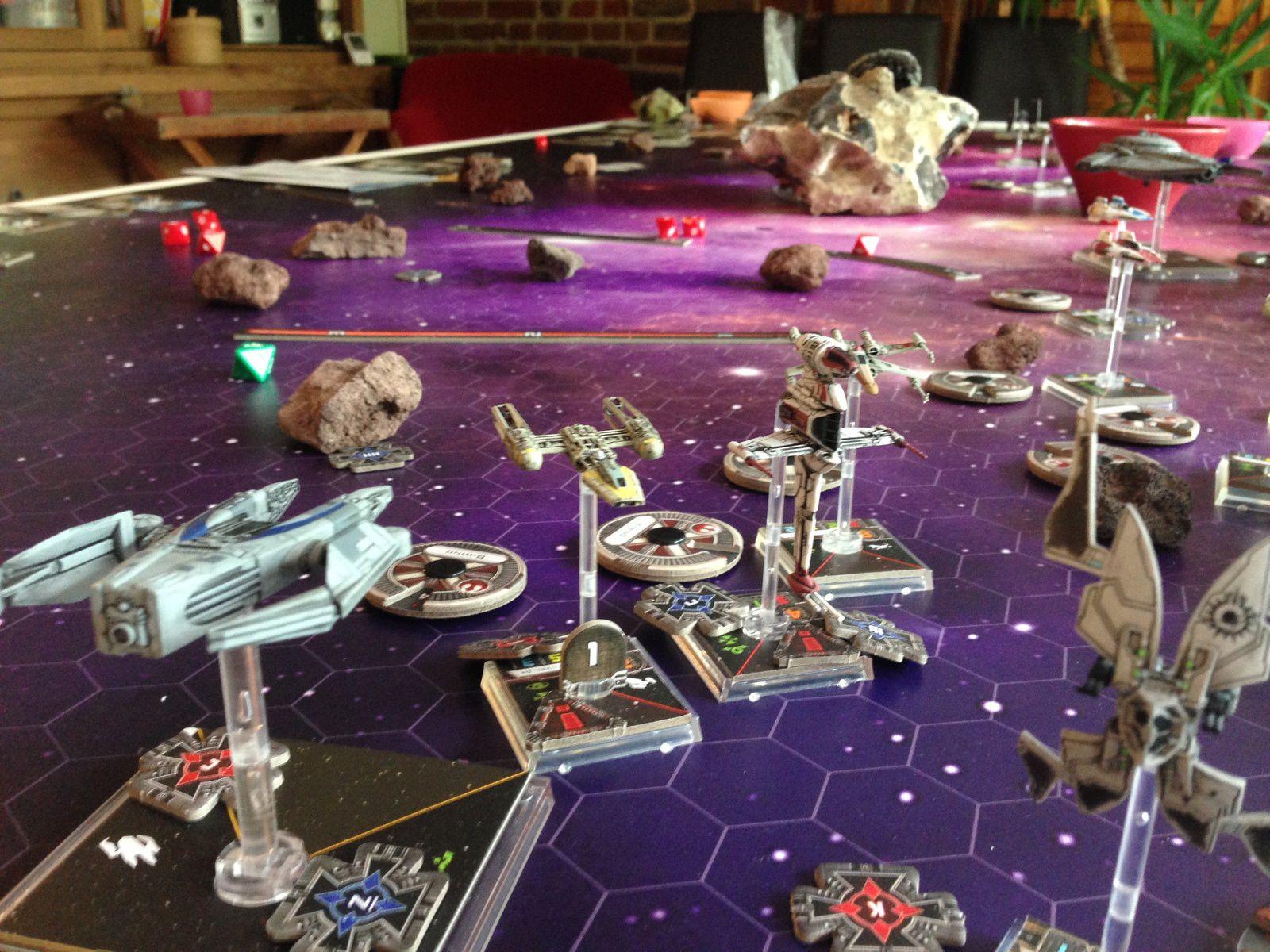 Et là c'est le drame, L'IG2000 que l'on peut voir au premier se voit arraisonner par les rebelles juste avant de quitter le plateau et donc remporter la partie..et c'etait sans compter sur l'empire qui s'empresse de concentrer ses tirs sur le malheureux qui explose..L'empire gagne :-)