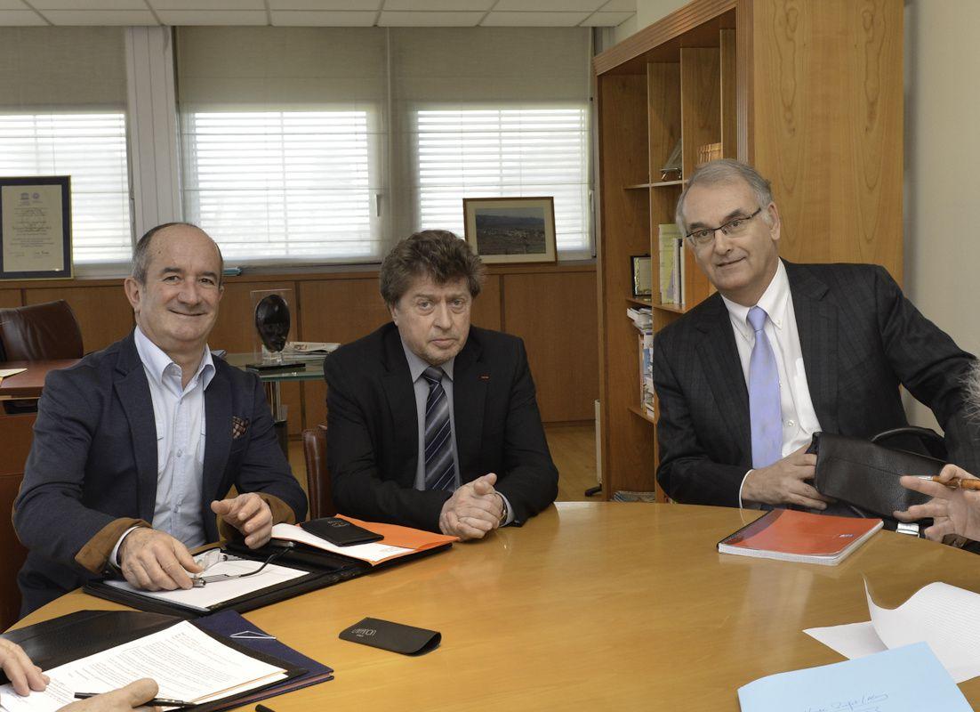 Avec Damien ALARY, Président du Conseil Général, et M. FOURNEL, Président de SABENA TECHNICS, en réunion avec les responsables de l'entreprise et M Hugues BOUSIGES, Préfet du Gard