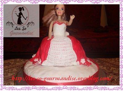 Pour finir j'ai  décoré un petit peu ma robe avec une pince pour gâteau  et comme j'avais  quelques chutes de pâte à sucre j''ai fait quelques  petites fleurs que j'ai collé  sur le bas de ma robe.