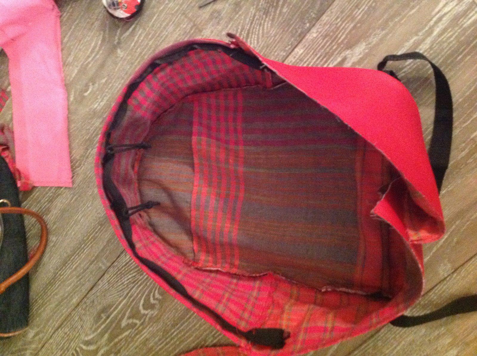 Découper une pièce en skaï + une en doublure de 70 cm*13.50 cm à assembler avec le côté haut du sac. Assembler les partis dos et avant du sac.