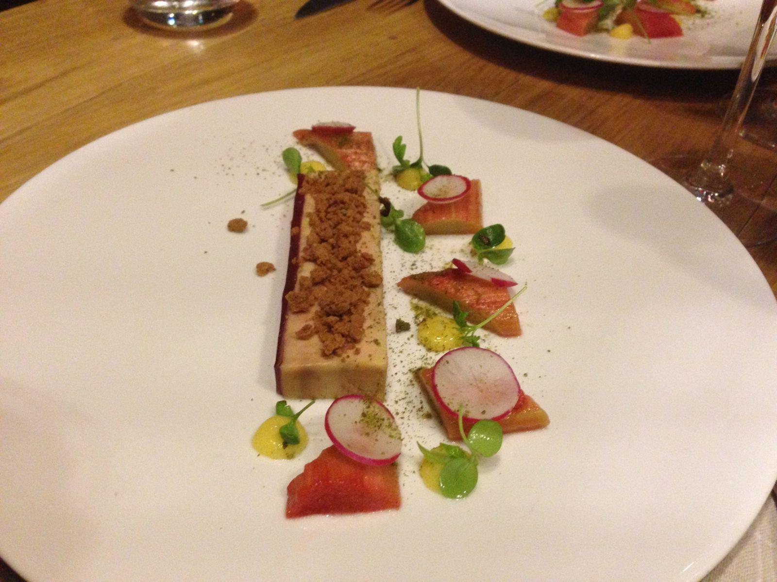 Les entrées : terrines de foie gras, spéculos et crème de citron et oeuf à la plancha sur purée d'asperges.