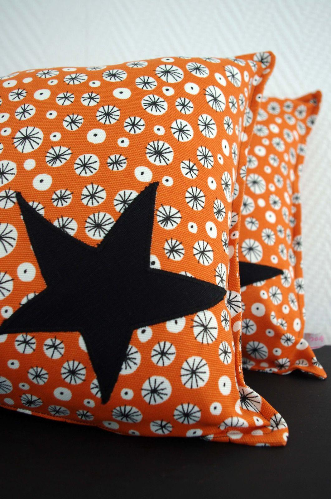 Coussins oranges à étoiles