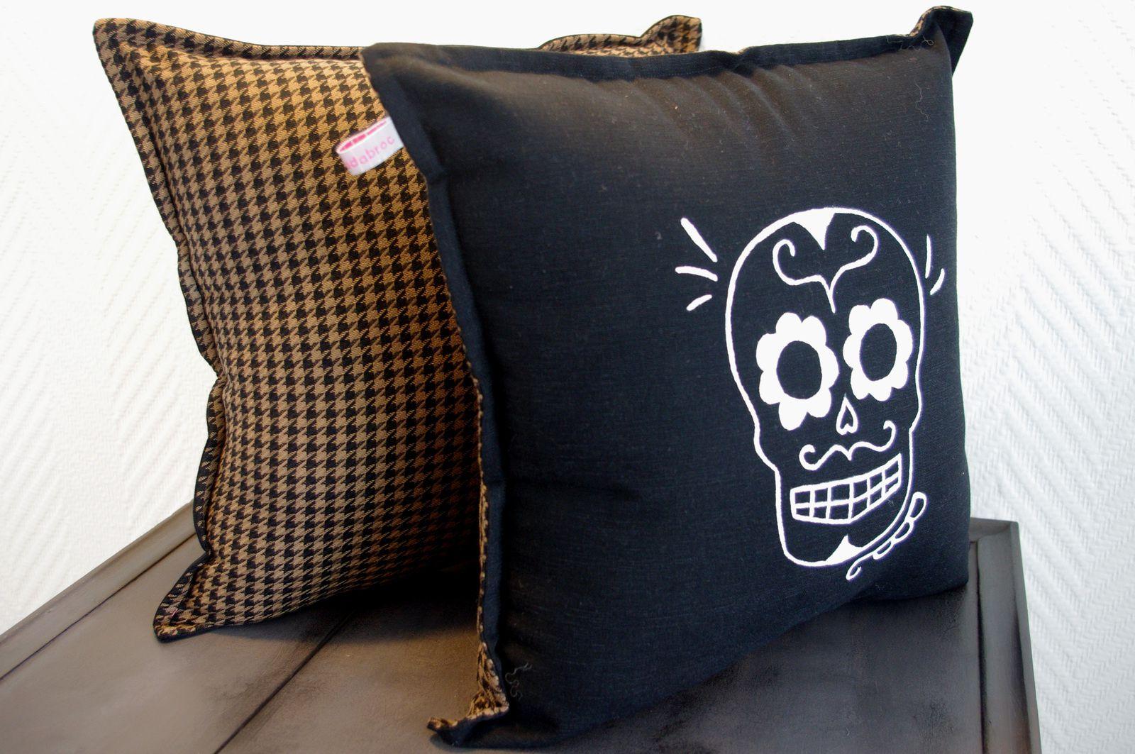 coussin t te de mort l 39 abracadabroc. Black Bedroom Furniture Sets. Home Design Ideas