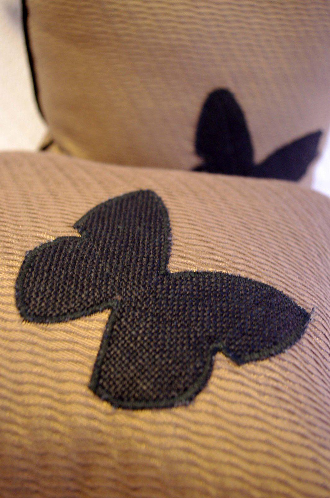 Coussins marrons glacé à papillons