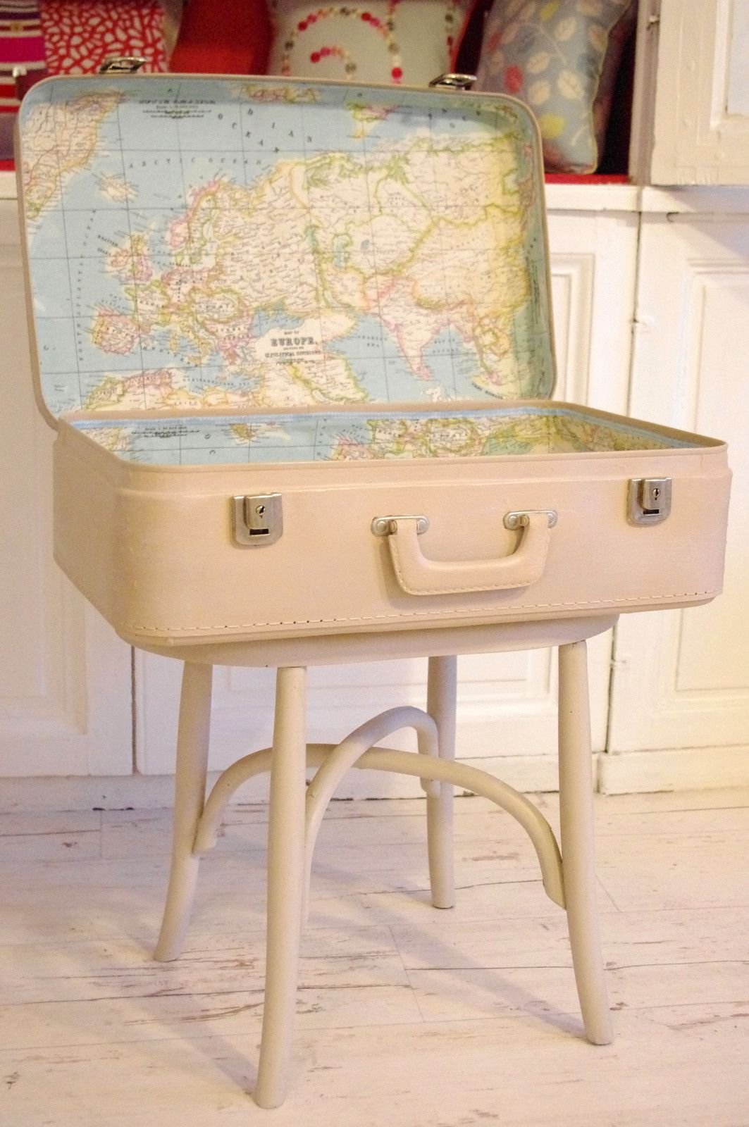 meuble valise mappemonde l 39 abracadabroc. Black Bedroom Furniture Sets. Home Design Ideas