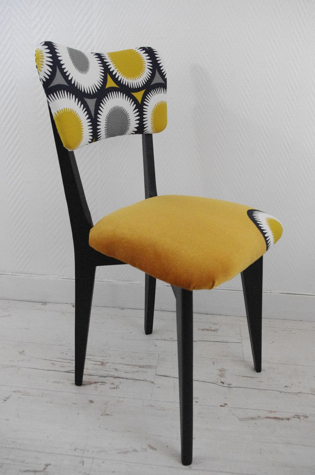 chaises vintage jaune moutarde l 39 abracadabroc. Black Bedroom Furniture Sets. Home Design Ideas