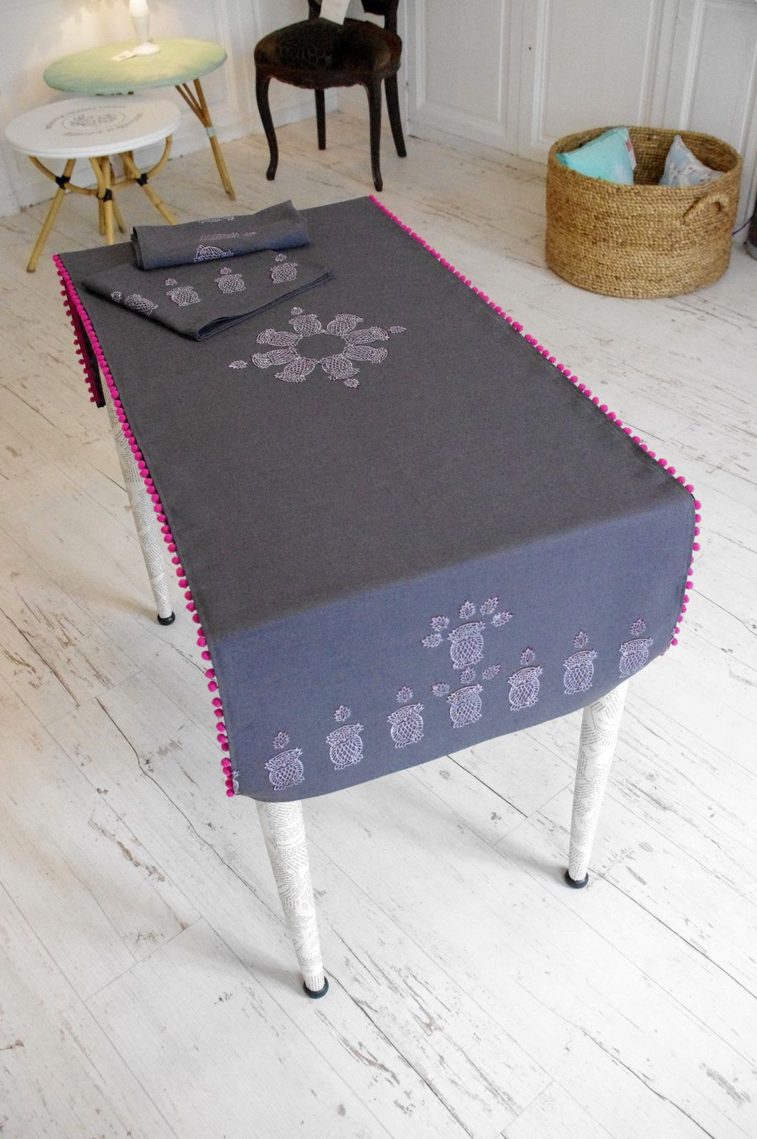 Chemin de table et serviettes gris anthracite et rose l for Chemin de table gris